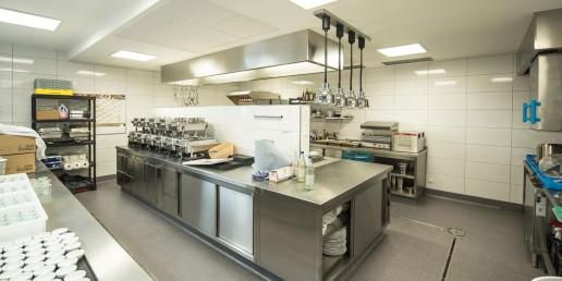 Küche und erforderliche Sanitärräume befinden sich im neuen Nebengebäude