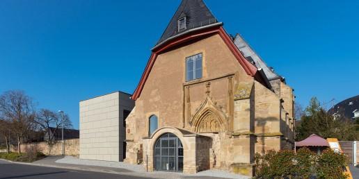 Das neue Nebengebäude nimmt sich in seiner Gestaltung zurück.
